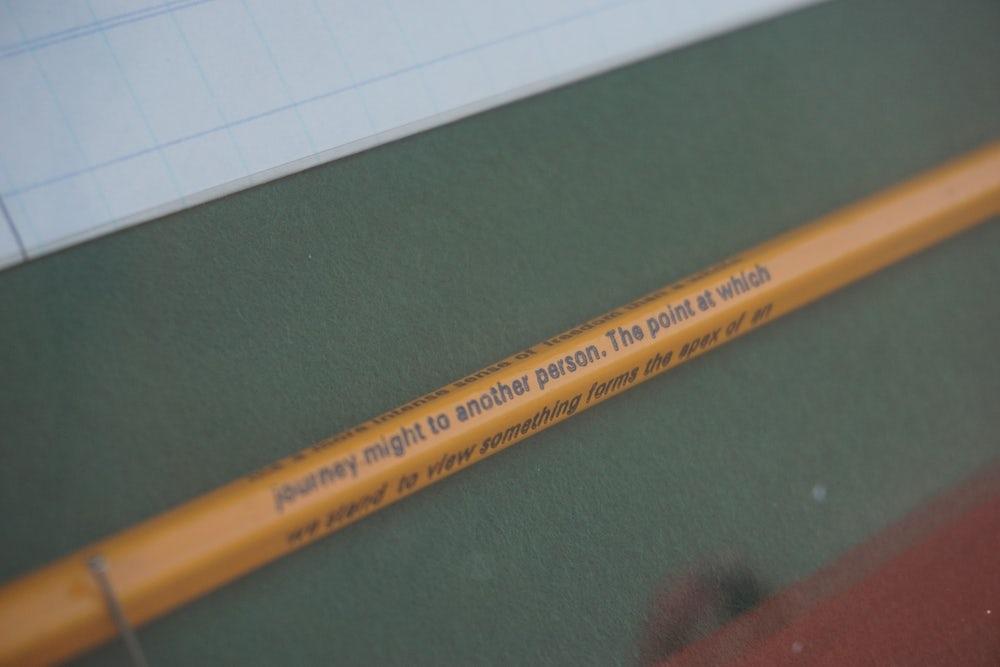 Un crayon avec des mots de « Le Livre de l'intranquillité. »