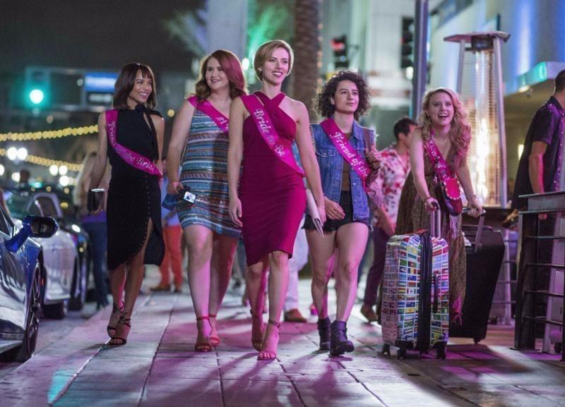 Les amies de Rough Night se dressent dans une rue de Miami.