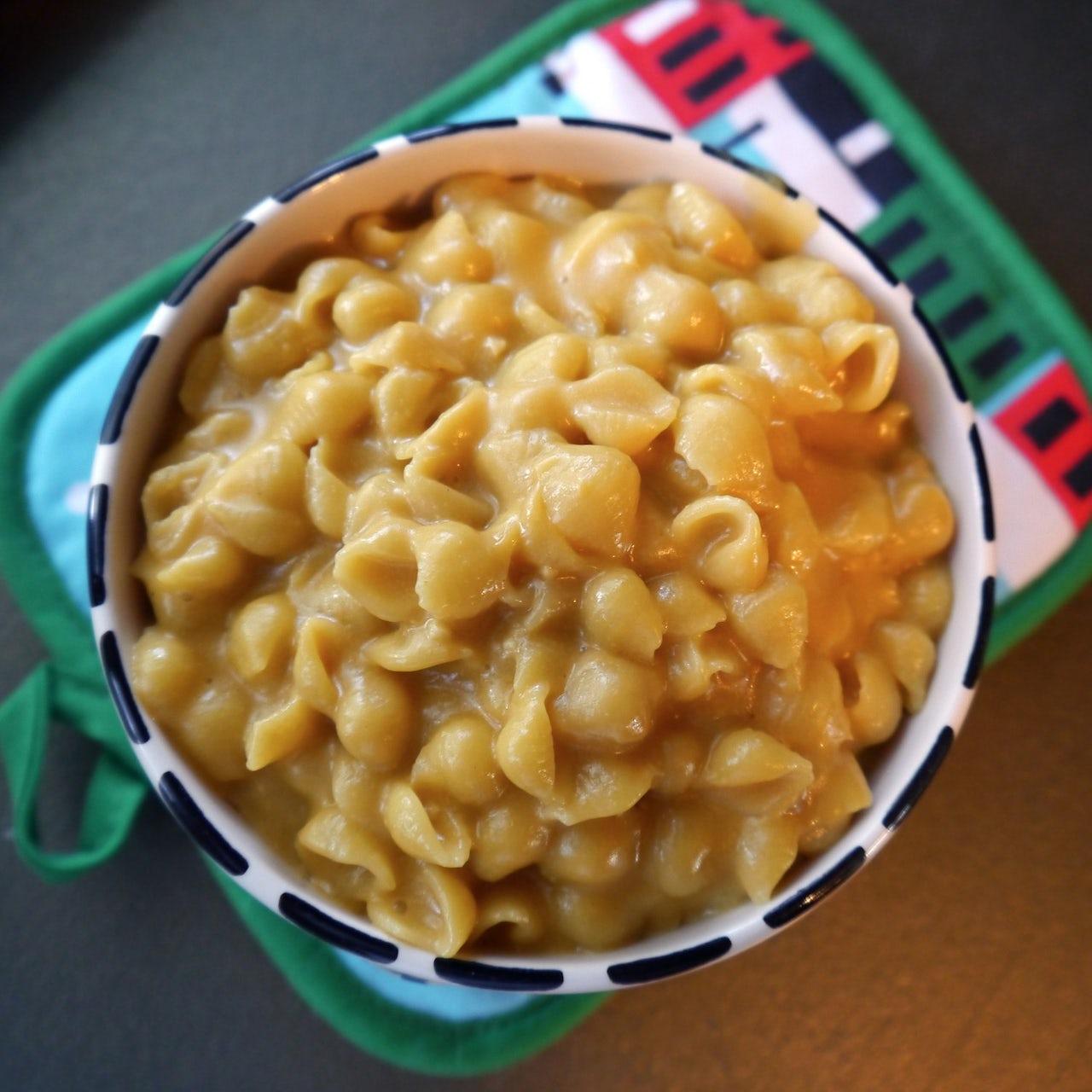 A vegan mac and cheese that uses Daiya.