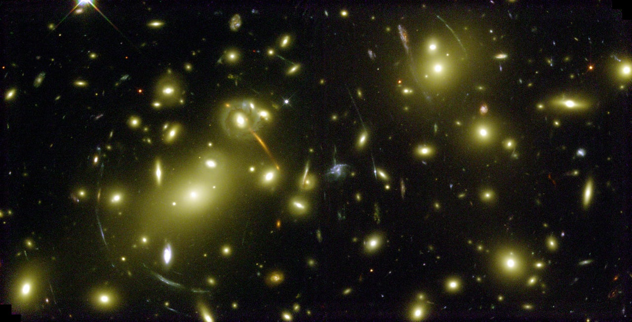 "A Hubble image of a ""cosmic magnifying glass"""
